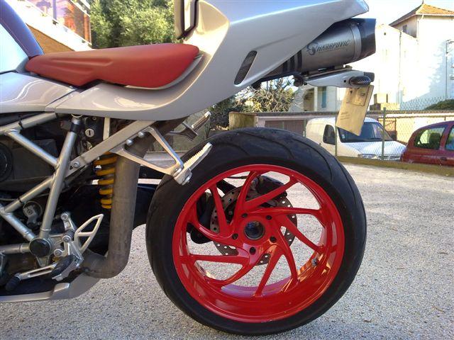 moto en jante rouge